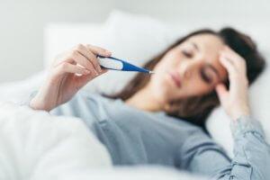 Обтирание тала уксусом, разведенным с водой, поможет нормализовать температуру тела