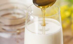 Теплое молоко с медом и маслом от кашля