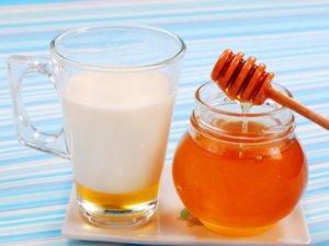 Молоко с медом и маслом – эффективное средство от влажного кашля