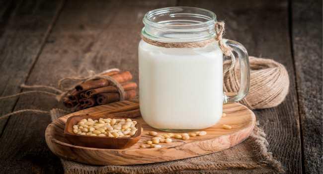 Молоко и кедровые орехи