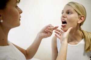 Причины появления слизи в горле