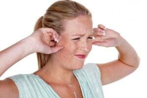По каким причины давит уши изнутри