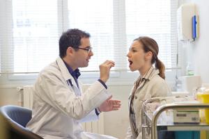Лечение паратонзиллярного абсцесса с помощь хирургического вмешательства