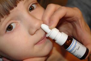 Эффективное лечение насморка у детей с помощью медикаментозных препаратов