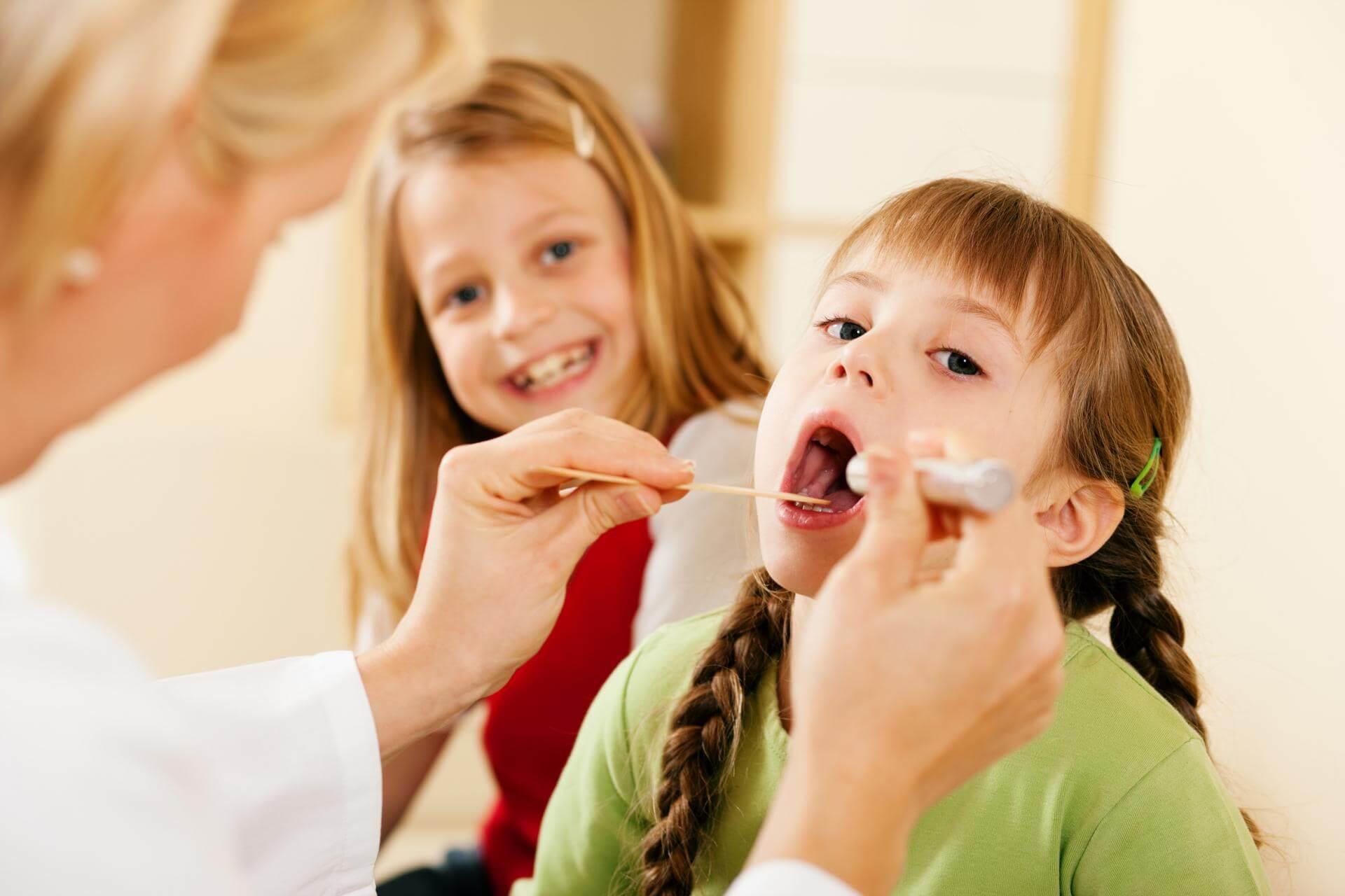 У ребенка осип голос — чем лечить: ингаляции, компрессы, народное и медикаментозное лечение
