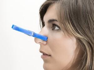 Хроническую заложенность носа могут вызывать различные факторы и заболевания