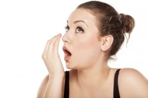 Плохой запах изо рта при заболевании горла является одним из признаков наличия тонзилитных пробок