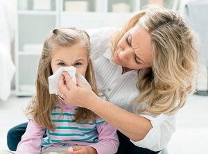 Правильное и безопасное лечение риновирусной инфекции для детей может назначить только врач