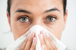 Существуют как физиологические, так и патологические факторы, при которых из носа «течет вода»