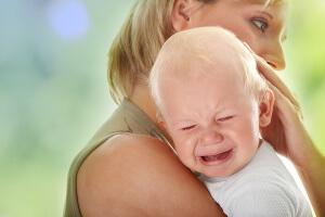 Существуют физиологические и патологические факторы, которые вызывают осиплость голоса у ребенка