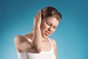 Сильная боль, шум и заложенность в ухе – признаки отита