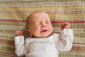 Частое чихание у новорожденных могут спровоцировать как физиологические, так и патологические факторы