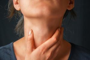 Существует много факторов, которые могут вызвать першение в горле, но чаще всего это признак заболевания горла