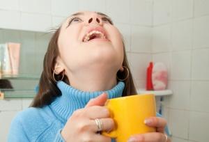 Полоскание горла - один из лучших методов лечения ларингита