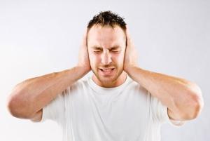 Острая боль в ухе, температура и снижение слуха – признаки отита среднего уха