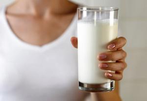 Молоко – эффективное народное средство для лечения кашля, которое помогает улучшить отхождение мокроты