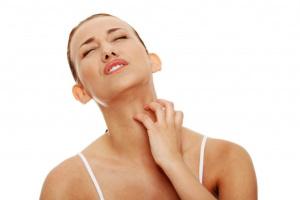Чаще всего чувство зуда изнутри горла может быть признаком аллергии, заболевания горла либо простуды
