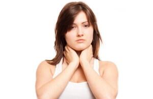 Чтобы выявить причину боли в горле при глотании необходимо обращать внимание на дополнительные симптомы