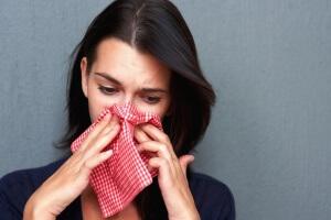 Насморк – это воспаление слизистой оболочки носа, признаком которого является чихание и слизистые выделения