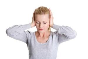 Боль, чувство заложенности, звон и шум в ушах, высокая температура – признаки отита