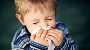 Затрудненное дыхание, заложенность носа, чихание и выделение слизи – признаки насморка