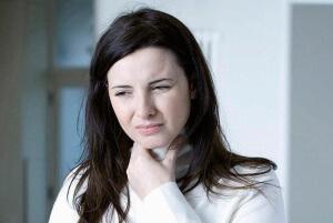 Боль в горле, покраснение миндалин и высокая температура – признаки ангины