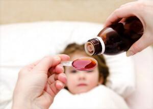 Медикаментозные препараты назначает врач в зависимости от причины и вида кашля, а также от возраста ребенка