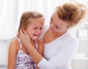 Так как ребенок еще маленький в любом случае необходимо пройти обследование у врача и выявить причину боли в ухе