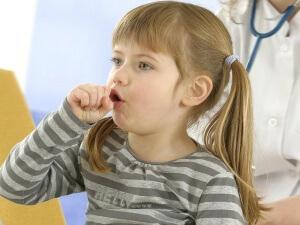 Если кашель у ребенка сопровождается другими тревожными симптомами, нужно обратиться к врачу для обследования