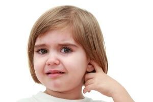 Чаще всего боль в ухе у ребенка указывает на развитие отита