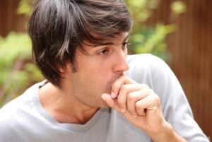 Постоянное покашливание может быть вызвано физиологическим или патологическими причинами