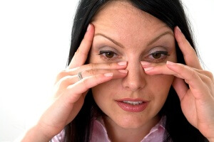 Если боль внутри носа сопровождается тревожными симптомами – нужно обратиться к врачу для обследования