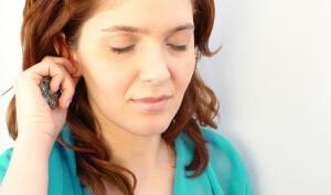Выделения из ушей с неприятным запахом указывают на развитие патологии, нужно обратиться к врачу для обследования