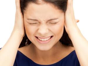 Шум в левом ухе может быть признаком серьезного заболевания, поэтому игнорировать его не стоит