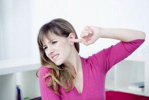 Чтобы выявить причину шума в ушах нужно обращать внимание на дополнительные симптомы тиннитуса
