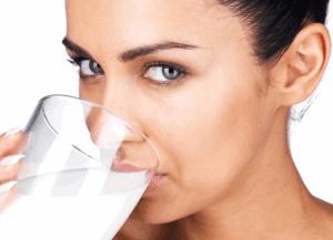 Молоко – эффективно обволакивает слизистую и быстро устраняет изжогу