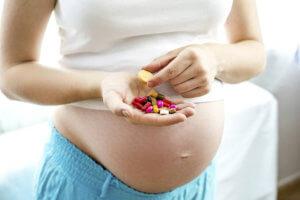 Только врач может подобрать для беременной самые безопасные лекарства