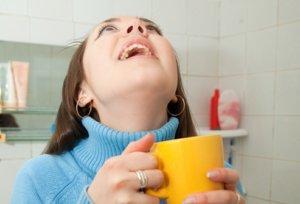 Полоскание горла – одно из самых эффективных дополнительных методов лечения воспаления миндалин