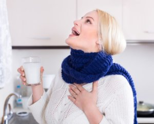 Полоскание горла является обязательной процедурой при гнойной ангине