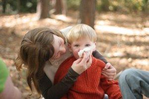 Чтобы выявить причину кашля у ребенка нужно обращать внимание на дополнительные симптомы