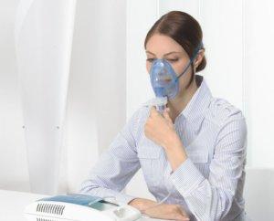 Ингаляции небулайзером считаются эффективным и безопасным методом лечения насморка при ГВ