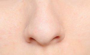 Сухость в носу может быть вызвана как физиологическими, так и патологическими причинами