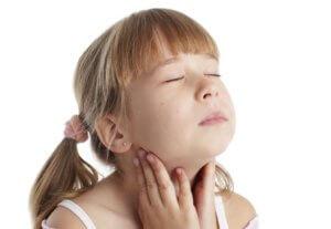 Чаще всего причиной боли в горле является бактериальная или вирусная инфекция