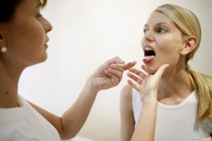 Процедура осмотра горла