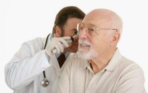Обследуем состояние барабанной перепонки в кабинете ЛОР-врача