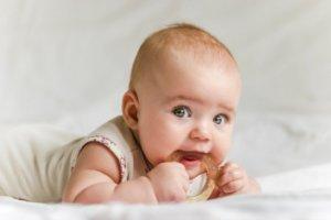 Лечить насморк у ребенка необходимо с первых симптомов