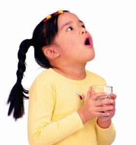 Полоскание горла – эффективная процедура при горловом кашле!
