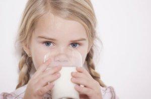 Теплое молоко с медом успокоит приступ кашля!