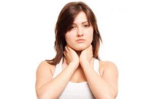 Прополис благоприятно влияет на слизистую горла, так как обладает антибактериальным действием