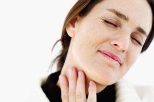 Врачи рекомендуют полоскать горло перекисью при ангине